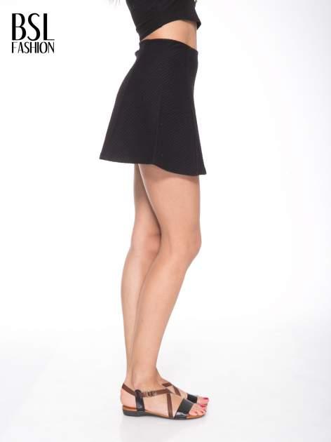 Czarna mini spódnica skater z fakturą                                  zdj.                                  3