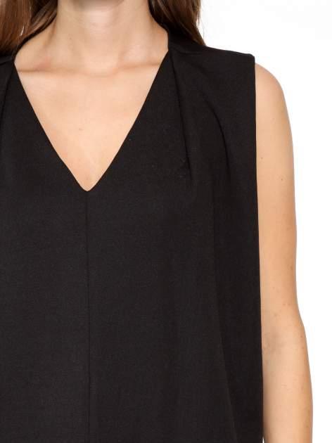 Czarna minimalistyczna sukienka z dekoltem w serek                                  zdj.                                  6