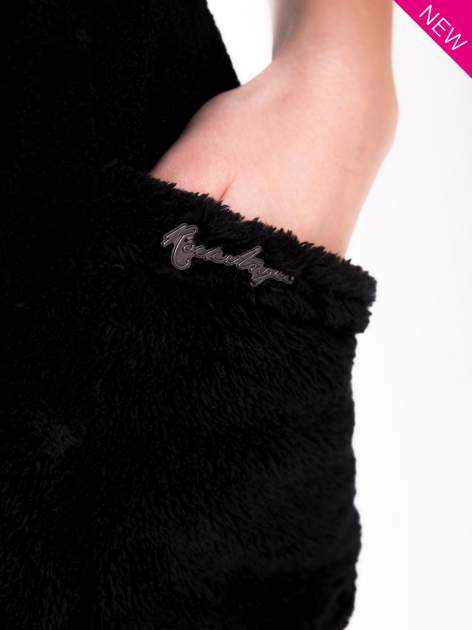 Czarna pluszowa kamizelka z kapturem zapinana na kołki                                  zdj.                                  5