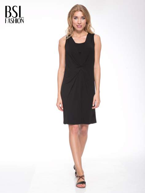 Czarna prosta sukienka z drapowaniem z przodu                                  zdj.                                  2
