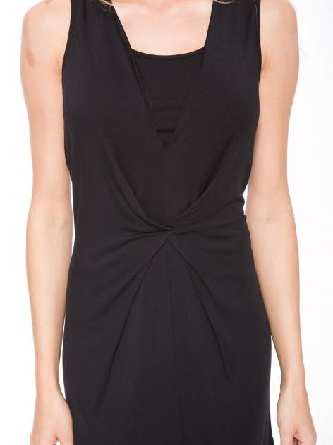 Czarna prosta sukienka z drapowaniem z przodu                                  zdj.                                  6