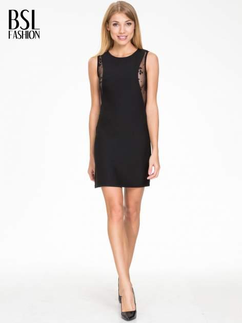 Czarna prosta sukienka z koronką po bokach                                  zdj.                                  2