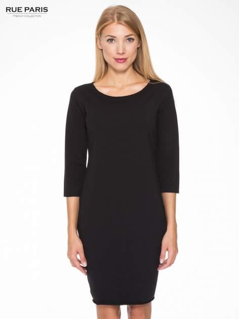Czarna prosta sukienka z surowym wykończeniem i kieszeniami