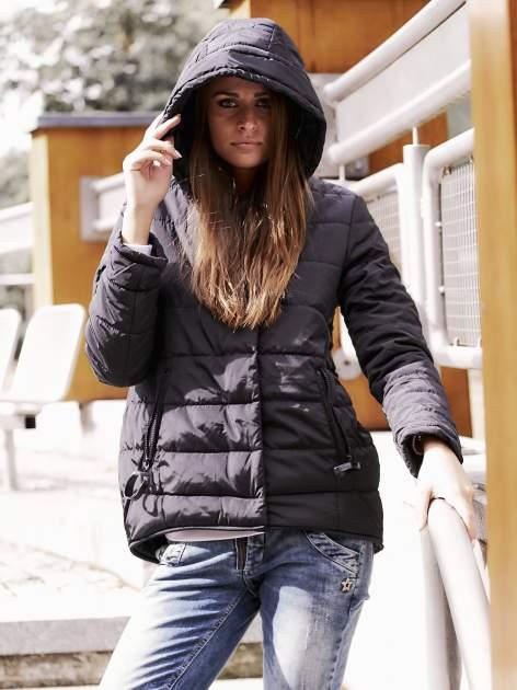Czarna przejściowa kurtka puchowa z dłuższym tyłem