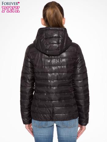 Czarna puchowa kurtka z błyszczącego materiału z kapturem                                  zdj.                                  4