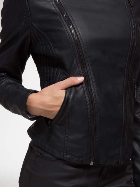 Czarna ramoneska ze stębnowaniem na ramionach i rękawach                                  zdj.                                  10