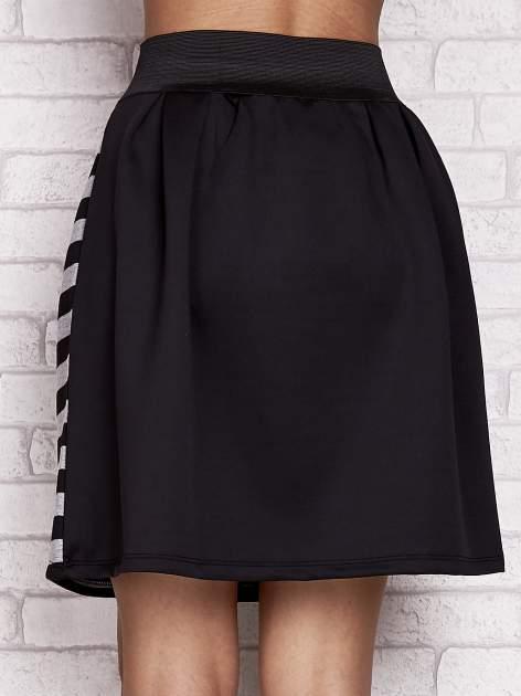 Czarna rozkloszowana spódnica w paski                                  zdj.                                  6