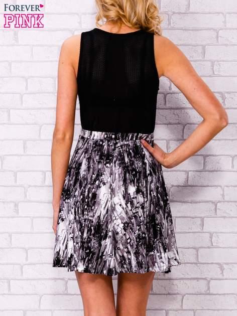 Czarna siatkowa sukienka z grafitowym dołem                                  zdj.                                  2