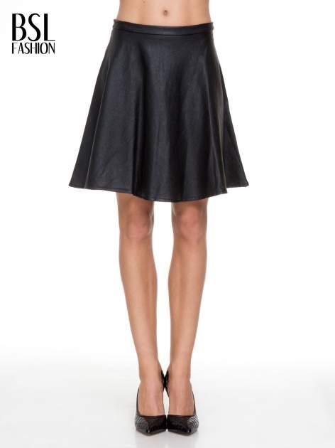 Czarna skórzana spódniczka przed kolano