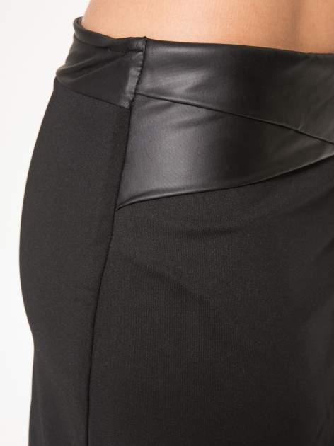 Czarna spódnica kopertowa ze skórzanym pasem                                  zdj.                                  8