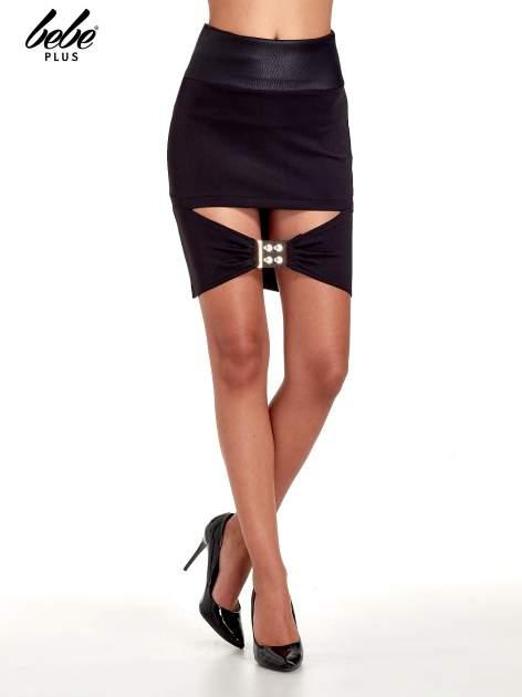 Czarna spódnica mini ze złotą klamrą