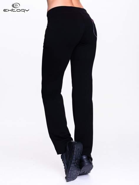 Czarna spodnie dresowe z czerwoną wstawką                                  zdj.                                  2