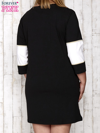 Czarna sukienka dresowa z napisem DÉJÀ VU PLUS SIZE                                  zdj.                                  4