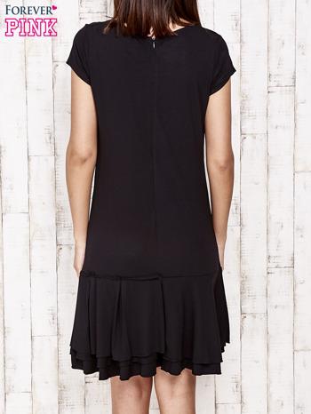 Czarna sukienka dresowa z ozdobną falbaną                                  zdj.                                  4