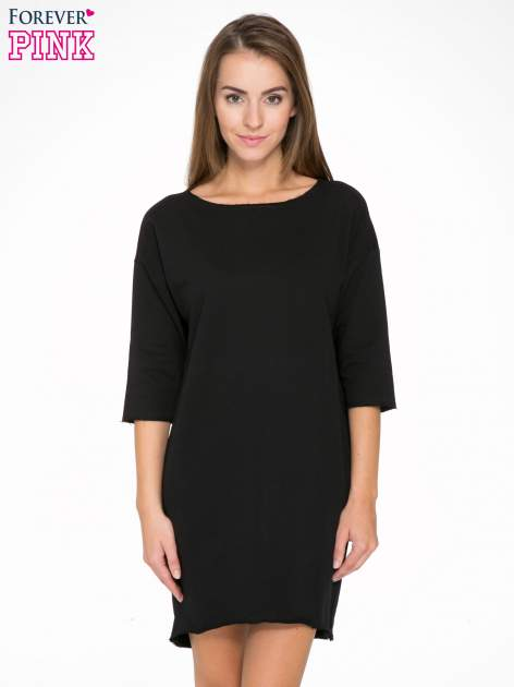 Czarna sukienka oversize z surowym wykończeniem