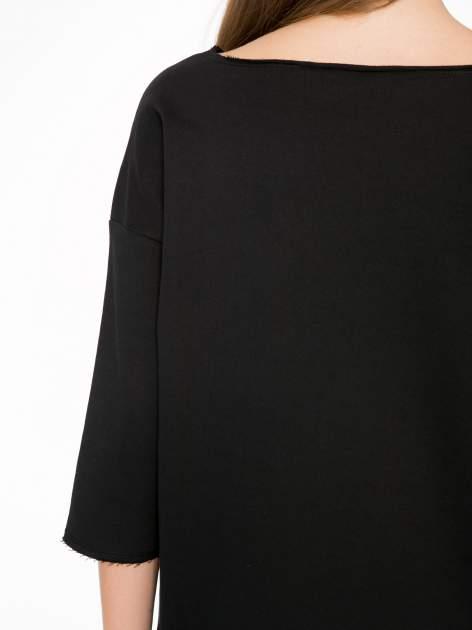 Czarna sukienka oversize z surowym wykończeniem                                  zdj.                                  8