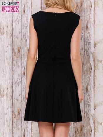 Czarna sukienka skater z satynową lamówką                                  zdj.                                  4