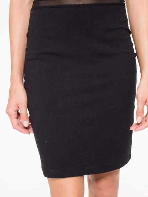 Czarna sukienka tuba z tiulowymi wycięciami                                  zdj.                                  7