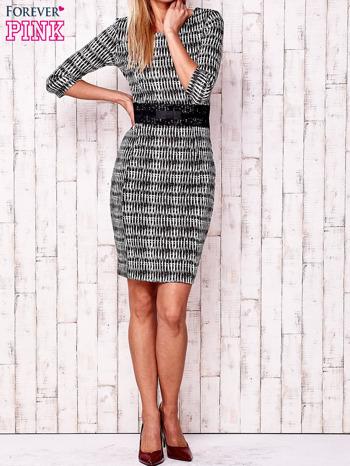 Czarna sukienka w graficzne wzory z koronkową aplikacją                                  zdj.                                  2