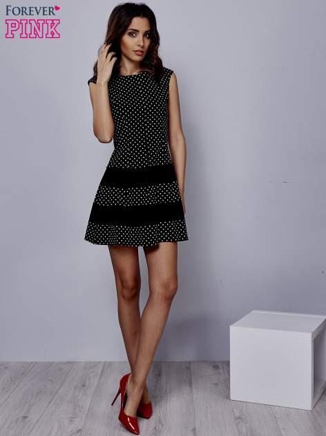 Czarna sukienka w groszki z kontrafałdami                                  zdj.                                  2