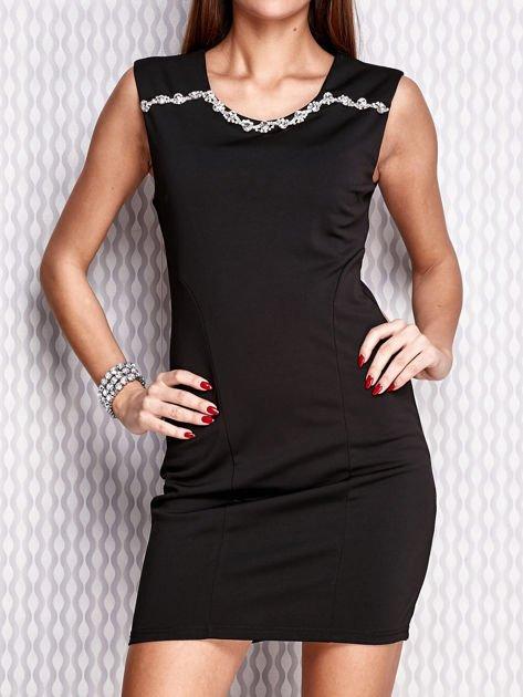 Czarna sukienka z bogatym zdobieniem przy dekolcie                                  zdj.                                  1