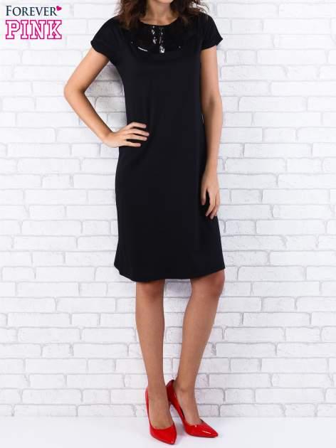 Czarna sukienka z cekinowym wykończeniem przy dekolcie                                  zdj.                                  1