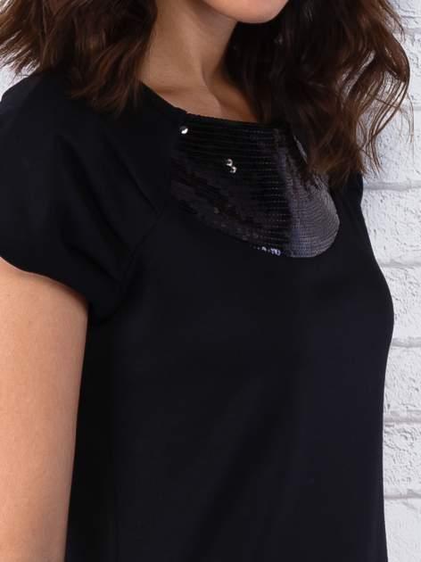 Czarna sukienka z cekinowym wykończeniem przy dekolcie                                  zdj.                                  7