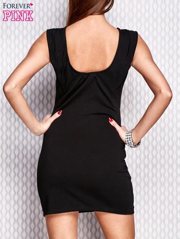 Czarna sukienka z diamencikową aplikacją przy dekolcie
