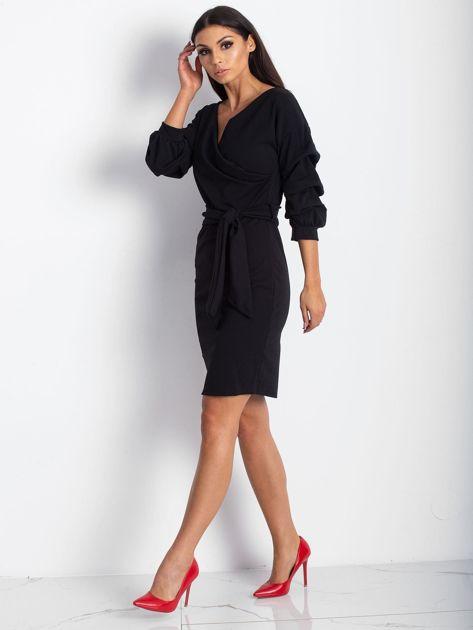 Czarna sukienka z drapowanymi rękawami                              zdj.                              4