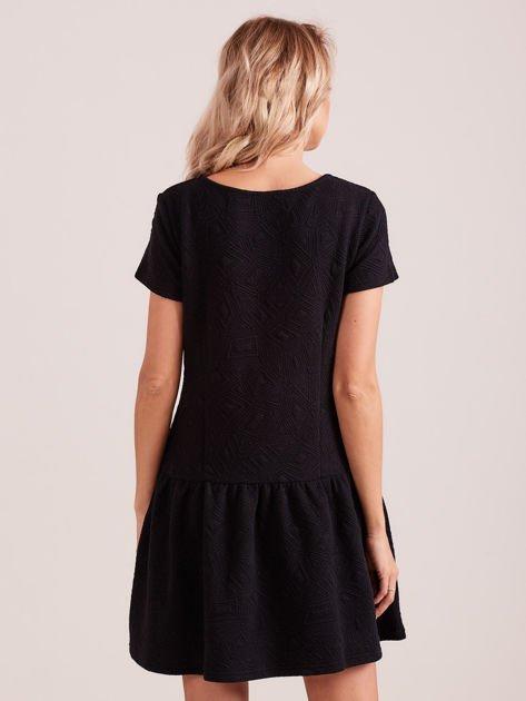 Czarna sukienka z falbaną wytłaczana w geometryczny wzór                                  zdj.                                  4