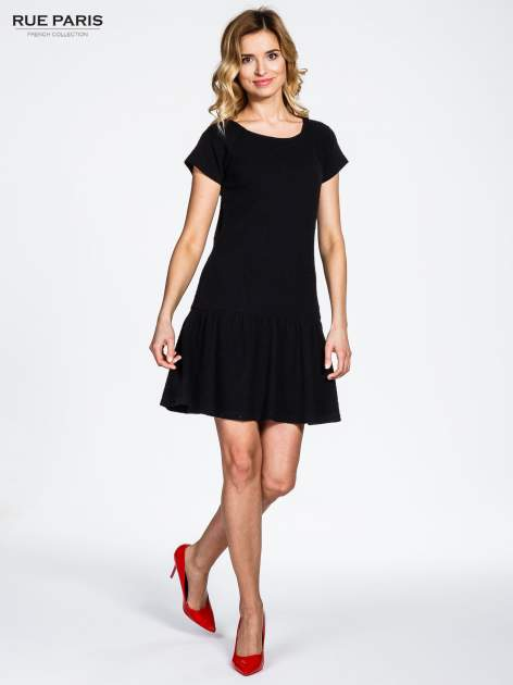 Czarna sukienka z obniżoną talią i falbaną na dole                                  zdj.                                  6