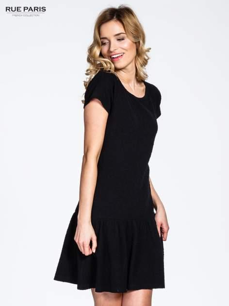 Czarna sukienka z obniżoną talią i falbaną na dole