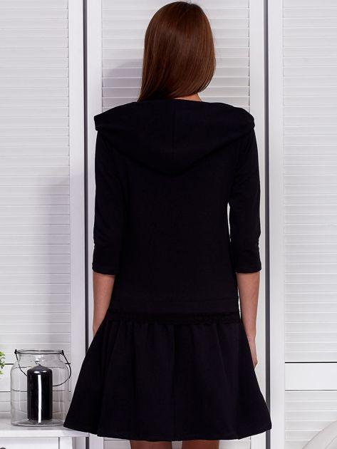 Czarna sukienka z szerokim kołnierzem i koronkową wstawką                              zdj.                              2