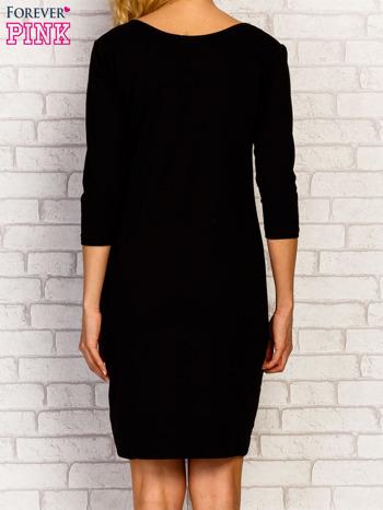 Czarna sukienka z trójkątnym dekoltem                                  zdj.                                  2