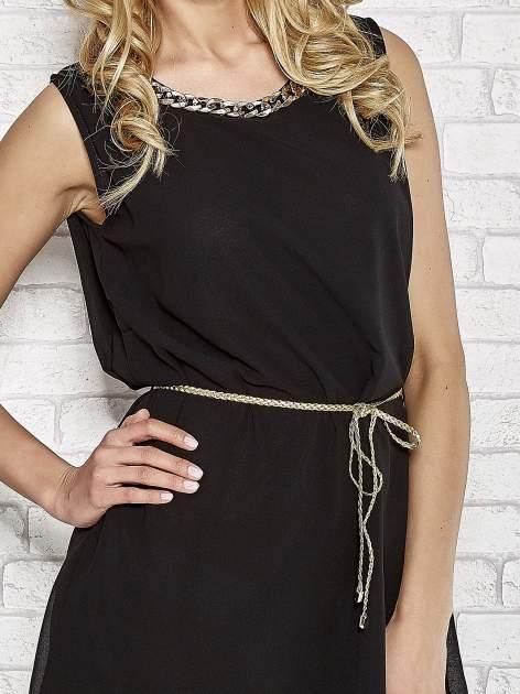Czarna sukienka ze złotym łańcuszkiem przy dekolcie                                  zdj.                                  5