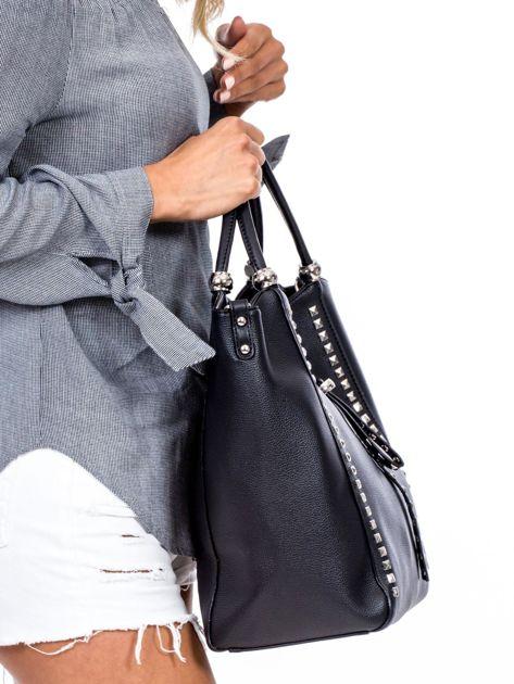 Czarna torba shopperka z ćwiekami                              zdj.                              2