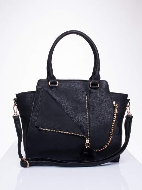 Czarna torba z rozpięciem i łańcuszkiem z przodu