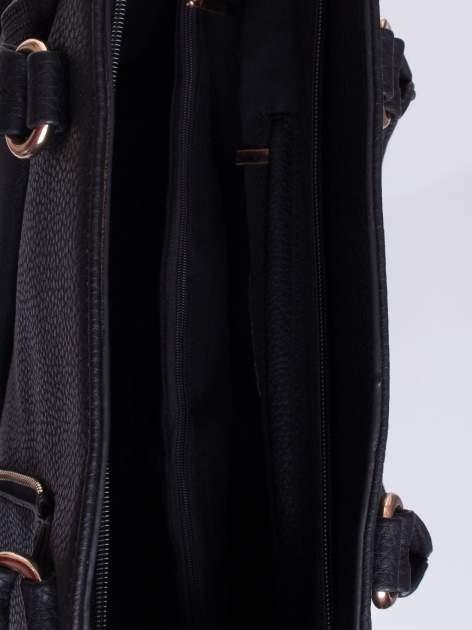 Czarna torba z rozpięciem i łańcuszkiem z przodu                                  zdj.                                  4