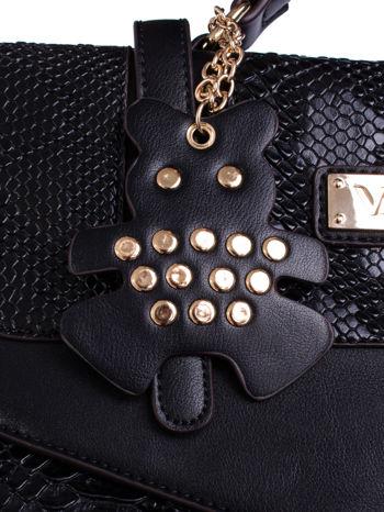 Czarna torba z zawieszką z motywem skóry węża                                  zdj.                                  5