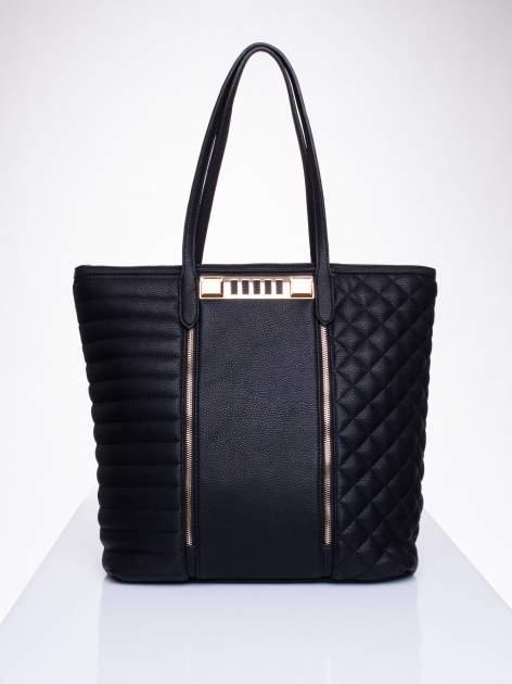 Czarna torba ze złoceniami i asymetrycznym pikowaniem po bokach                                  zdj.                                  1