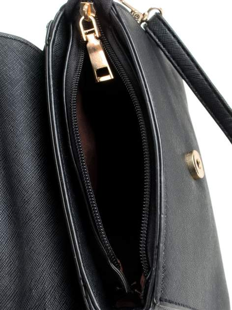 Czarna torebka listonoszka z klapką ze skóry saffiano                                  zdj.                                  8