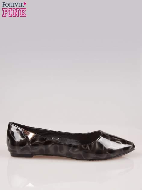 Czarne baleriny Jasmine ze smukłym noskiem i złotym detalem                                  zdj.                                  1