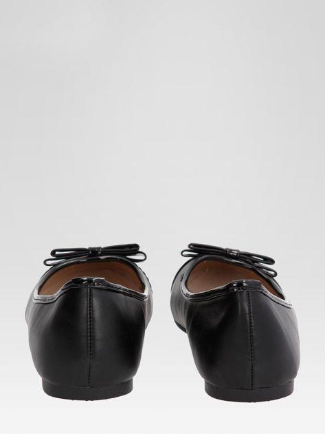 Czarne baleriny faux leather Glamshine z lakierowanym noskiem i kokardą                                  zdj.                                  3