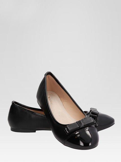 Czarne baleriny faux leather Glamshine z lakierowanym noskiem i kokardą                                  zdj.                                  4