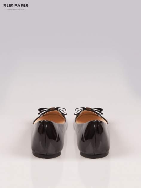 Czarne błyszczące balerinki faux leather Melanie z kokardką                                  zdj.                                  3