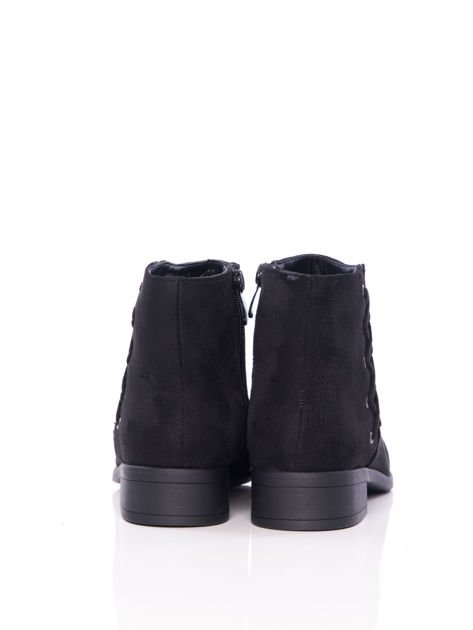 Czarne botki na płaskim obcasie z ozdobnie plecionym sznurowaniem na boku                                  zdj.                                  5