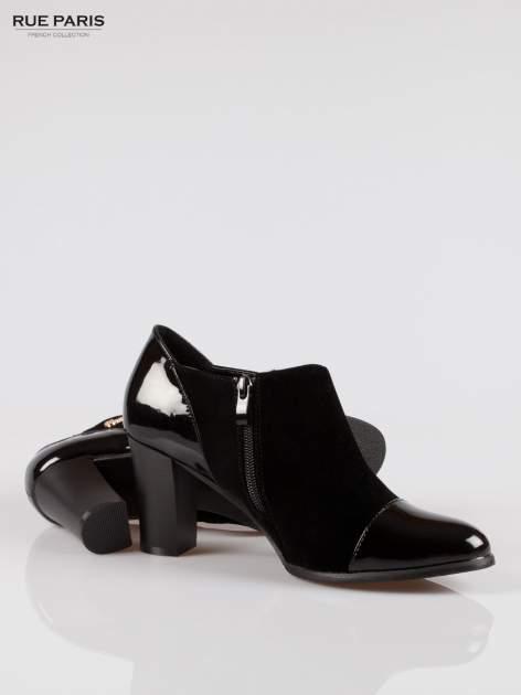 Czarne botki na słupku z lakierowanym czubkiem i zapiętkiem                                  zdj.                                  4