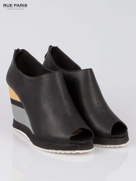 Czarne buty open toe na koturnie w paski                                  zdj.                                  2