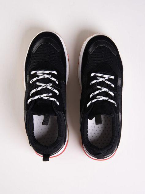 Czarne buty sportowe z kolorowymi sznurówkami i czerwoną wstawka na podeszwie                              zdj.                              2