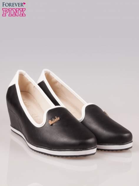 Czarne casualowe koturny faux leather Whimsy z białą lamówką